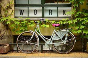 Η μετακίνηση στη δουλειά με τα πόδια ή με ποδήλατο επηρεάζεται από τους άλλους