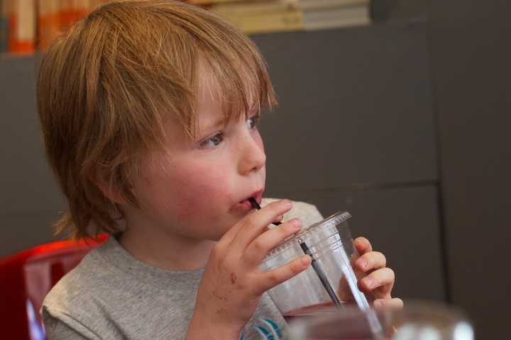 Οι γονείς βλέπουν όλο και περισσότερο τα ανθυγιεινά τρόφιμα και την εύκολη πρόσβαση σε αυτά ως εμπόδια για την υγεία των παιδιών τους