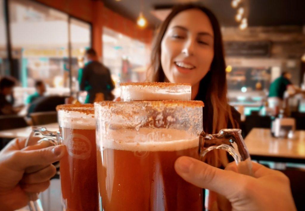 Οι μισοί από τους νέους δεν γνωρίζουν για τα μηνύματα υγείας στις συσκευασίες των αλκοολούχων ποτών: νέα έρευνα στο ΗΒ