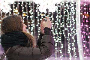 Πότε θα πρέπει οι γονείς να ανησυχούν για τις selfies των έφηβων κοριτσιών