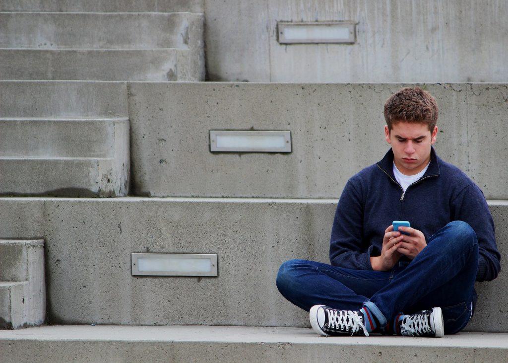 Οι έφηβοι που πιστεύουν ότι  γονείς τους τους αγαπούν είναι λιγότερο πιθανό να ασκούν διαδικτυακό εκφοβισμό