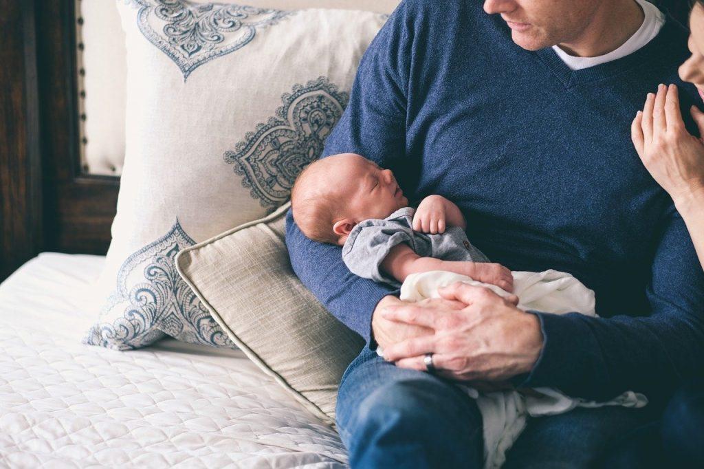 Η κατάθλιψη σε νέους πατέρες συνδέεται και με ανασφαλείς σχέσεις